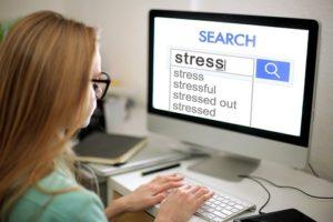 緊張をパソコンで調べている女性