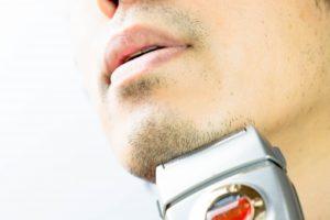 ヒゲを剃る男性
