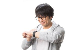 時計を見ている男性